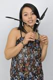 Junge Frau mit Federn