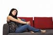 Junge Frau sitzt auf Sofa