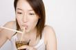 素麺を食べる女性