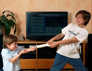 Kinder streitend um Konsole