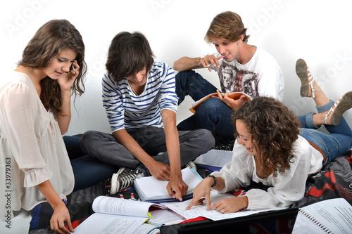 Groupe d'étudiants révisant ensemble 04