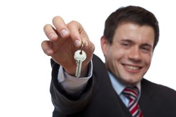 Fröhlicher Geschäftsmann übergibt Schlüssel für Wohnung