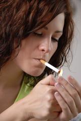 Femme fumant une cigarette