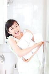 トイレットペーパーを抱えた女性
