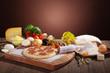 Salami Pizza auf Holzbrett mit Zutaten