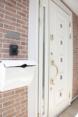 玄関のポストと扉