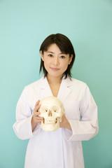 頭蓋骨を持った女医
