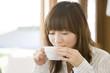 カフェでお茶を飲む女性