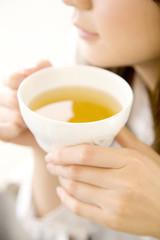 お茶を飲む女性の口元