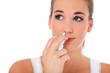 Attraktive junge Frau nutzt Nasenspray