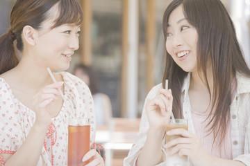 オープンカフェでお茶をする2人の女性