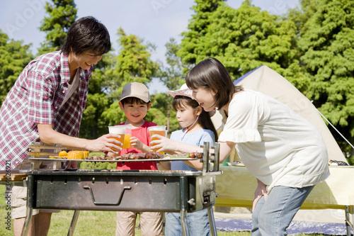 Leinwanddruck Bild バーベキューを楽しむ家族