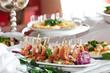 Leinwandbild Motiv Schweinemedaillons mit Tomaten-Mozzarella und Serrano-Schinken