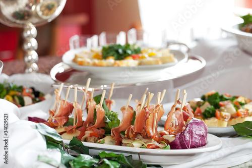 Schweinemedaillons mit Tomaten-Mozzarella und Serrano-Schinken - 34029521
