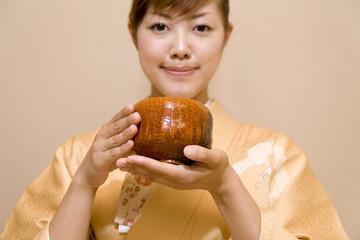 茶碗を持つ女性