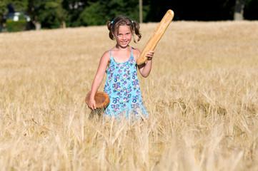 Mädchen mit Brot im Getreidefeld