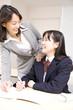 塾講師に勉強を教わる女子中学生
