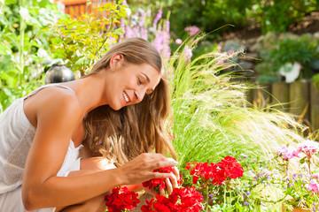 Garten im Sommer - Glückliche Frau mit Blumen
