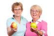 seniorinnen zeigen äpfel