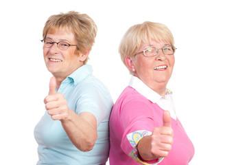 motivierende senioren zeigen daumen hoch