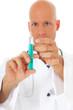 Doktor zieht Spritze auf