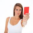 Attraktive junge Frau zeigt rote Karte