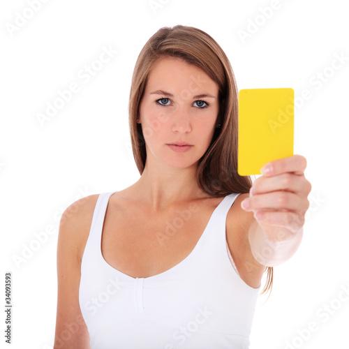 Attraktive junge Frau zeigt gelbe Karte