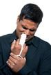 Mann mit gebrochenen Finger