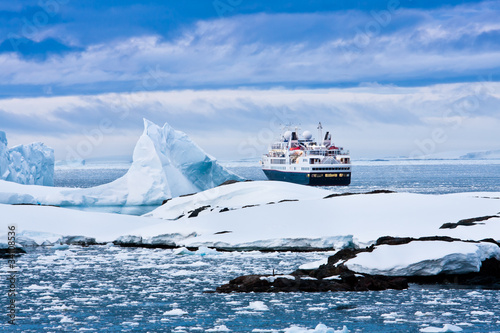 Fotobehang Antarctica Big cruise ship