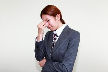 頭痛に苦しむオフィスレディー