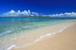 コマカ島の澄んだ美しい海と青い空