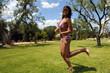 ragazza corre felice in campagna