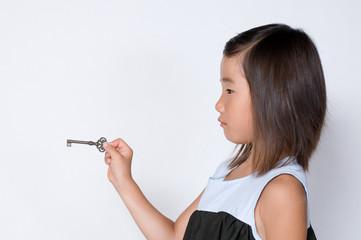 鍵を持つ女の子