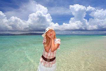 海を満喫する女性