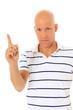 Mann mittleren Alters hebt mahnend den Finger