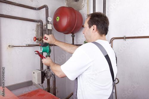 Heizungsmonteur bei der Wartung der Heizungsanlage