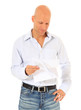 Mann mittleren Alters liest einen Brief