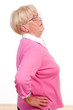 seniorin mit rückenschmerzen