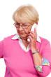 seniorin führt ernstes telefongespräch