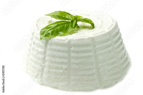 Papiers peints Produit laitier ricotta fresca su sfondo bianco