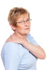 seniorin mit schmerzen in der schulter