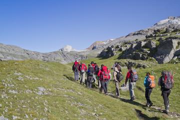 Grupo de personas haciendo senderismo