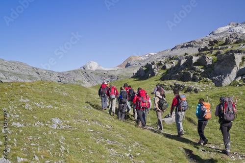 Papiers peints Alpinisme Grupo de personas haciendo senderismo
