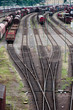 Bahngleise, Weichen und Wagons auf einem Güterbahnhof