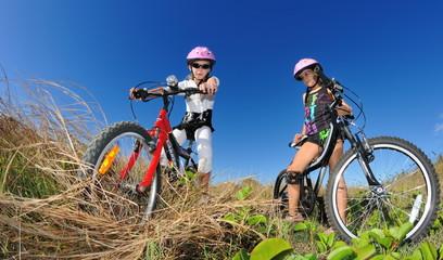 Enfants sur des vélos tout terrain.
