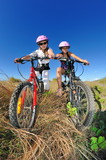 Fillettes sur des vélo tout-terrain.