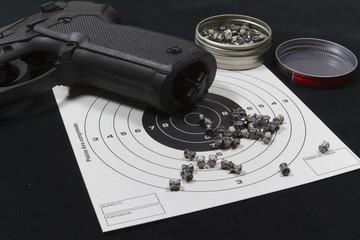 Pistola de perdigones y diana