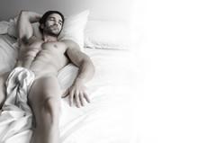 Sexy przystojniak w łóżku