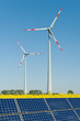 Solarmodule und Windkrafträder in einem Rapsfeld
