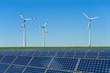 Solarmodule und Windkrafträder in einem Feld